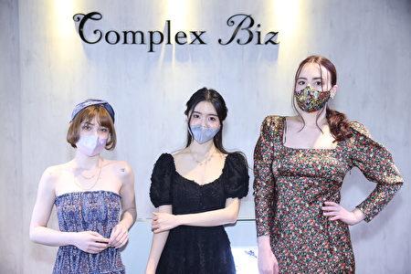 受到疫情影响,现在流行从口红转向眼妆、发型和耳环。