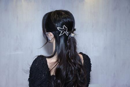 绕转公主头发丝夹上水钻。