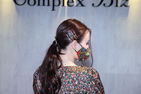 纽约风格布类发饰搭配水钻。