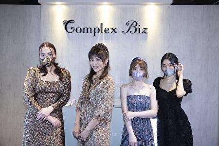 时尚造型顾问林叶亭(左2)传授3款口罩时尚发型。