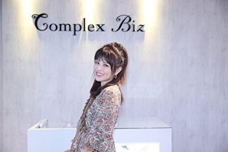 林叶亭示范日本流行的高公主头,可以显得俏丽感。