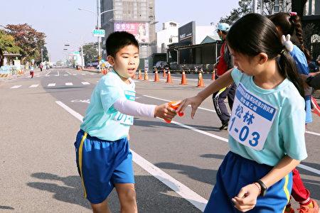 不分男女,同心协力完成12.8公里的班际微马拉松接力赛。