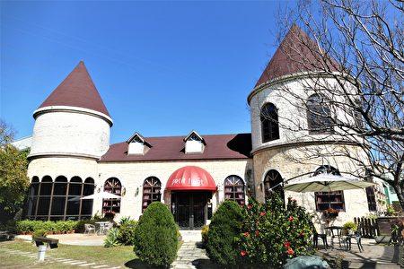 台中富林园洋菓子Petit Forêt花园城堡,因疫情无法出国的民众可以在法国城堡里喝咖啡,感受异国风情,同时还亲手做一份专属自己的茶点。