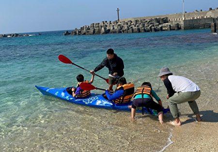 屏东小琉球全德国小学童手工打造格陵兰独木舟,20日在家长与社区民众见证下验收造舟成果,为5月的独木舟环岛毕业航行暖身。