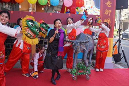 新住民姊妹和黃鈺珍老師共同演出充滿台灣鄉土的節目,為活動帶來歡樂氣氛。