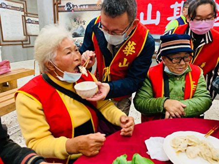 喂长辈吃水饺。