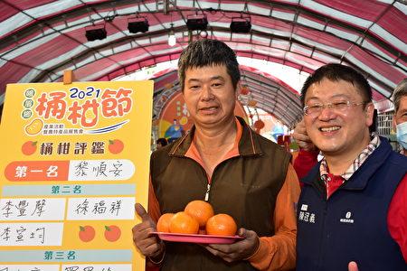 评鉴第一名的农民黎顺安(左),右为峨眉乡农会总干事陈冠义。
