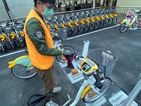 公共自行車自營運廠商微笑單車每天至少1次以稀釋消毒水針對場站上自行車的把手(含變速器)、車機、鈴噹和座墊等民眾常接觸部位進行消毒作業。