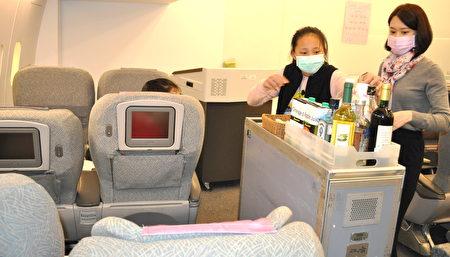 丽园国小五年级学童黄家萤由醒吾科大前卡达空姊胡晴愉指导,学习如何帮旅客服务餐旅。
