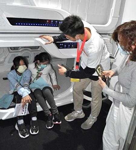 学童在老师引导下,体验智慧旅馆各项措施。