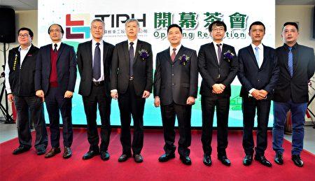 台湾港务公司董事长李贤义和台湾港务重工公司董事长林春福、佳运重机械公司董事长张林桂等服务团队合影。