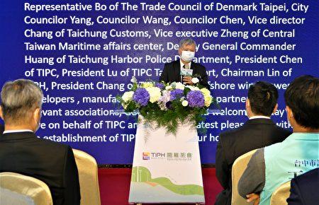 """港务公司董事长李贤义表示,因应风机零组件""""超长、超宽、超重""""的特性,成立""""台湾港务重工公司"""",提供具国际水平的风电重件运输服务。"""