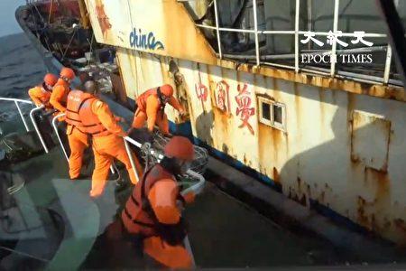 海巡署舰队分署基隆海巡队强势登检后将1船9人押返正滨渔港。