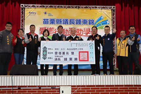 議長鍾東錦愛鄉行動,頒贈獎助學金,與會嘉賓共襄盛舉。