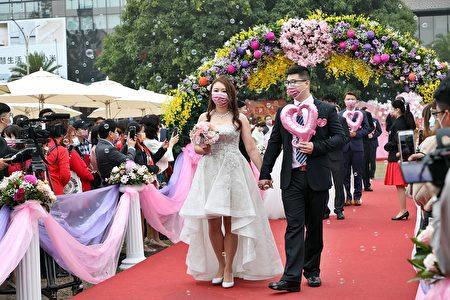 集团结婚,新人进场。