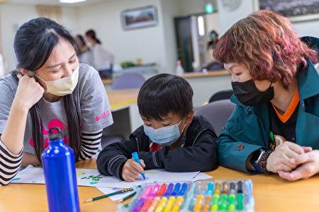 柑心有你採繪卓蘭活動,讓失親兒透過紙盒彩繪,向社會大眾傳達自己對團圓的想像與期待。