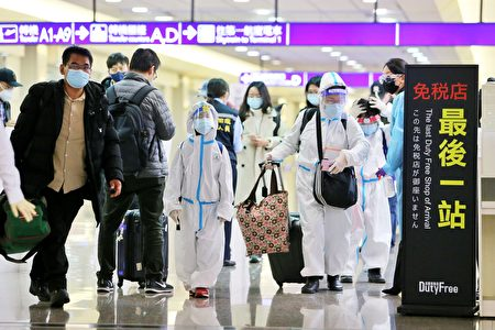桃园机场这几天涌现返国人潮。
