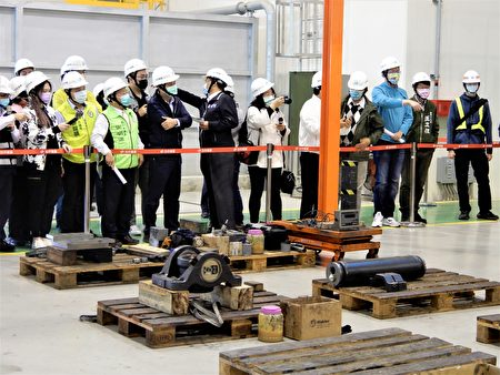 台中市議會26日視察北屯機廠,藍綠議員提出質疑。