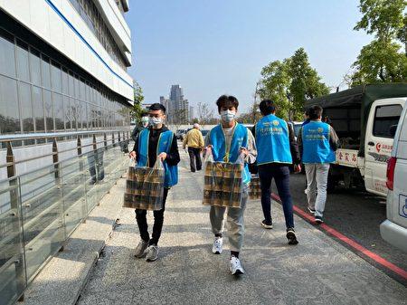 竹北扶輪社捐物資挺醫護,慰勞抗疫前線醫護人員的辛勞。