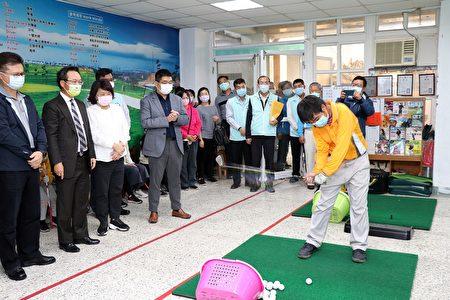 参观学生打高尔夫球。