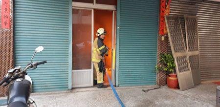 消防隊員控制客廳火勢。