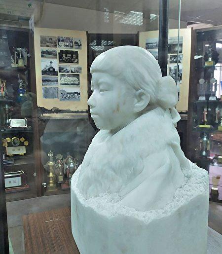 台灣雕塑之父,黃土水的百年作品大理石調像《少女》,衣服紋路清析.jpg