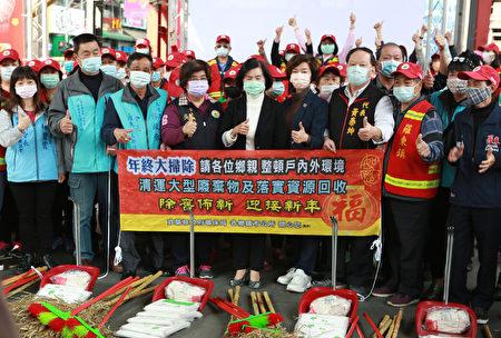 """罗东镇邀请镇内部分环保志工参加,宜兰县进行""""年终大扫除誓师及扫街活动""""扫街誓师。"""
