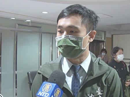 台南市议员沈震东接受媒体采访。