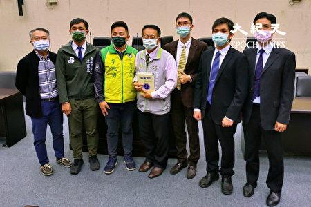 主办人台南市议员李启维、沈振东与台湾国际器官移植关怀协会成员合影。