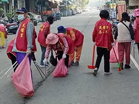 屏东县政府发起年终防疫大扫除活动,500位参与活动的里民志(义)工,将各里街道打扫的焕然一新。