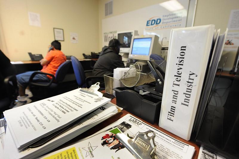 双重封锁有钱取不出 加州EDD申请者苦等认证