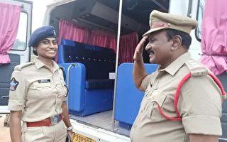 同样任职警界 印度警察向当长官的女儿敬礼