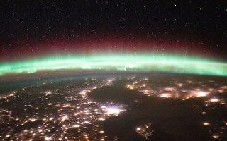 从太空中看地球的极光 与灯光和星光争辉
