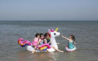 充气玩具易引发风险 海滩救生员吁游客勿用