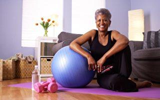 疫情下 在家锻炼有助老年人提高免疫力