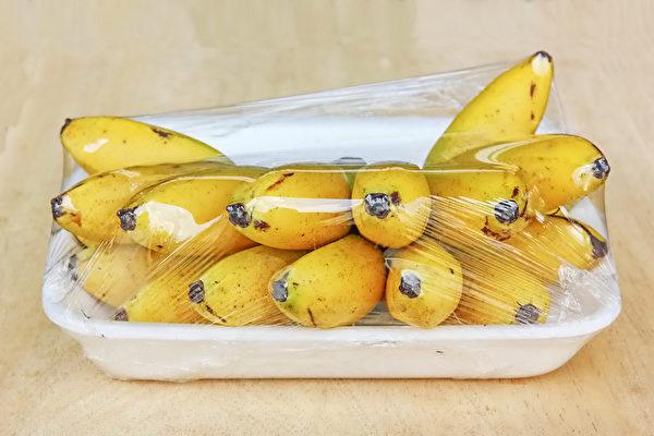 取出带包装的食物擦拭消毒后,再放到干净区,可以避免感染新冠病毒。(Shutterstock)