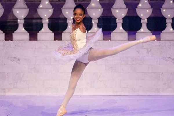 追逐梦想 巴西无臂女孩成专业芭蕾舞演员