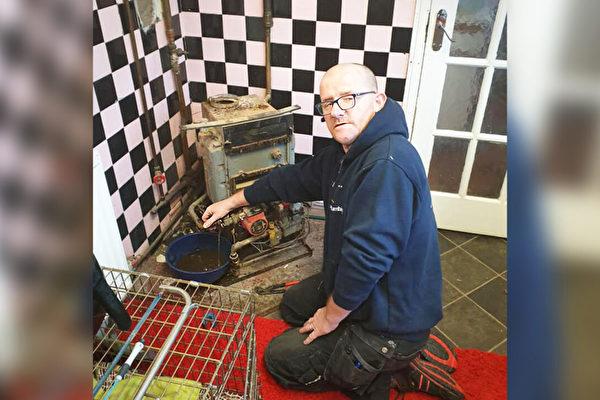 助残疾人和老人 英水管工免费帮上万家维修