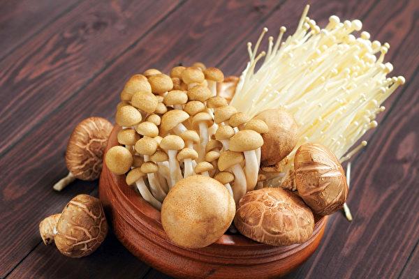 免疫力不足平时可以多吃菇类等食物,菇类含有丰富的多糖体,可活化免疫细胞。(Shutterstock)