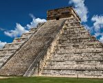 墨西哥女子攀爬瑪雅金字塔 數百遊客看傻眼