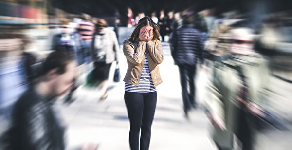 感染新冠病毒后还可能出现精神疾病,如忧郁、焦虑、甚至幻觉症状。(Shutterstock)