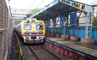 印度警察救起铁轨上的老人 再赏他耳光