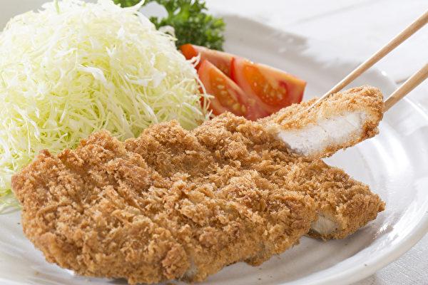 到餐厅吃饭,要随时消毒、少吃生食。(Shutterstock)