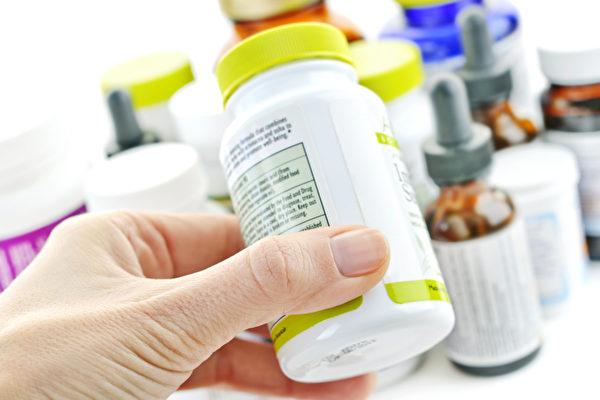 挑选保健食品可从包装的营养标示和成分标示等方面做判断。(Shutterstock)