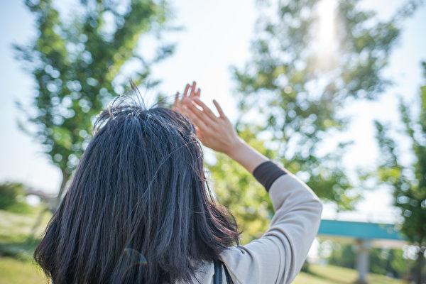適當的曬太陽可補充人體所需的維生素D,有助防癌。(Shutterstock)