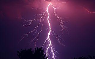 巴西男子拍到自己險遭雷擊 驚聲尖叫