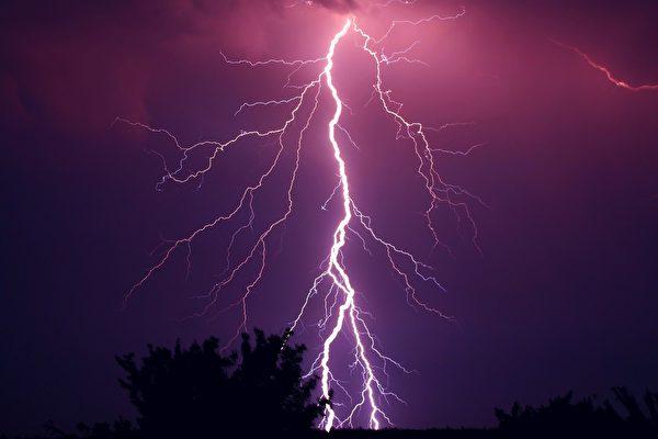 巴西男子拍到自己险遭雷击 惊声尖叫