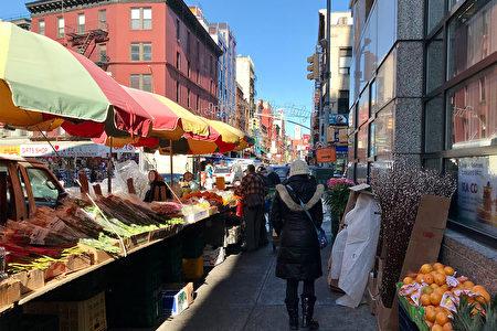 图为纽约华埠中国工商银行后方的水果摊与花贩。