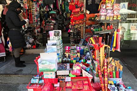 龙峰礼品行在纽约华埠勿街经营10年,业者叹买气不曾像2021年差。