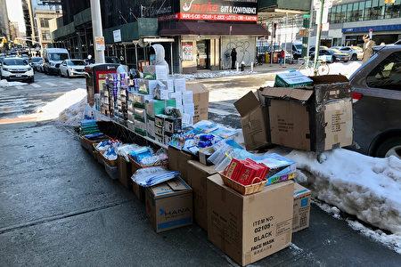 2021年除夕前,纽约华埠坚尼路上的口罩摊贩比花贩数量多。